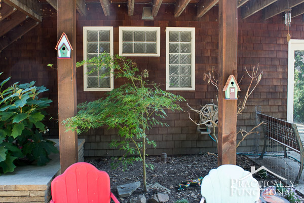 Simple Backyard Decorating Ideas: Paint a birdhouse!