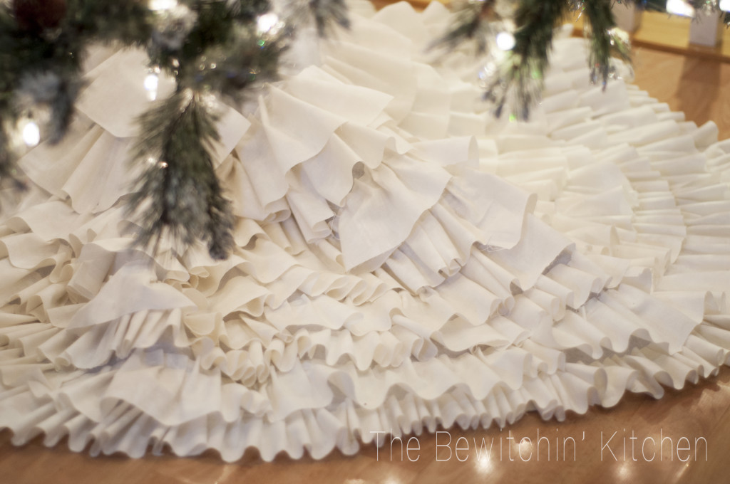 DIY Ruffled Tree Skirt - and 13 other great Christmas projects!