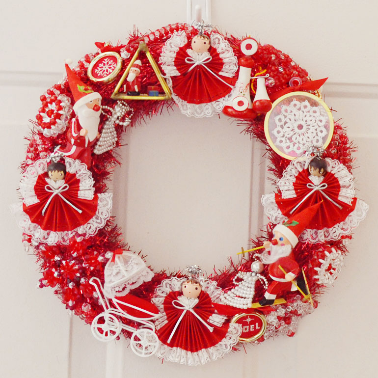 Vintage Retro Christmas Ornament Wreath - and 10 other gorgeous DIY holiday wreaths!