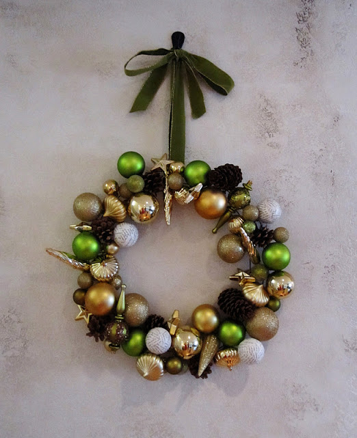 Green & Gold Ornament Wreath - and 10 other gorgeous DIY holiday wreaths!
