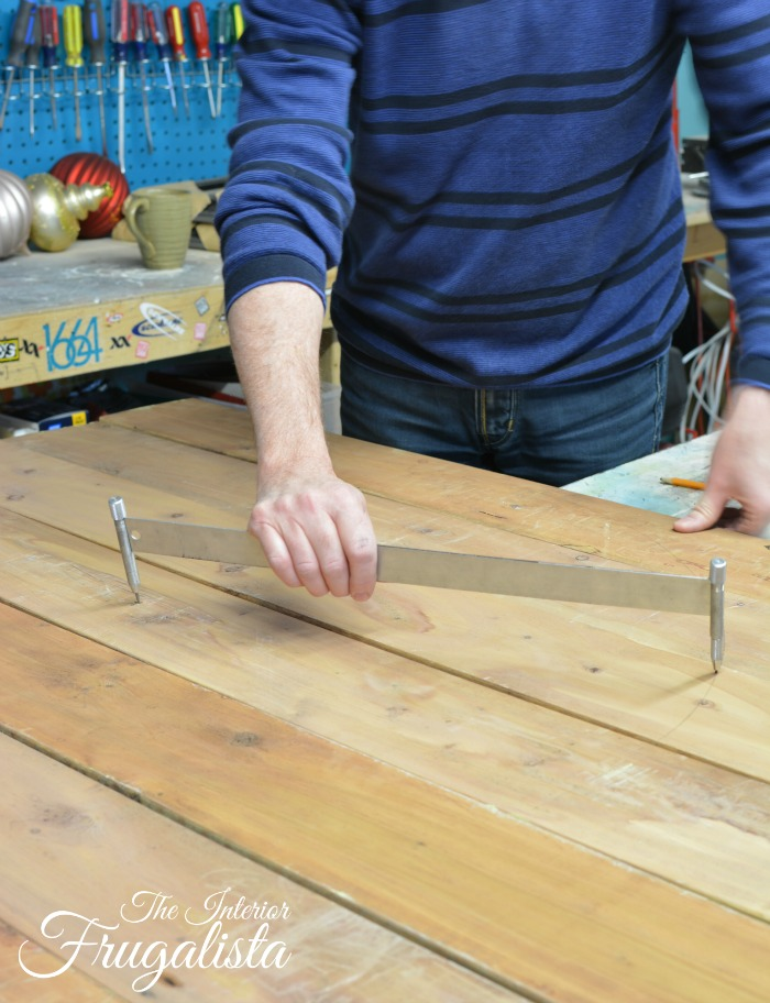 How to make a pallet wood clock with big impact - How to make a snowman out of wood planks ...