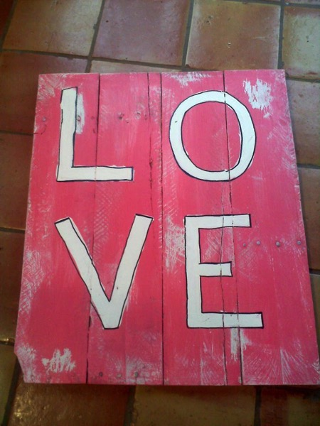DIY Love Pallet Sign - and 18 other fun Valentine's Day crafts!