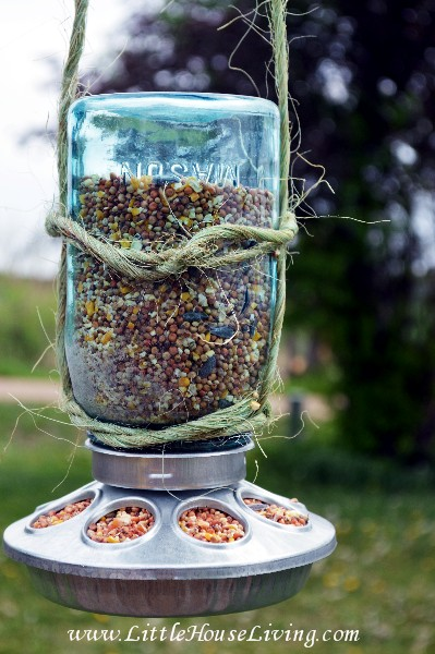 Mason jar bird feeder - and 13 other simple DIY outdoor weekend projects!